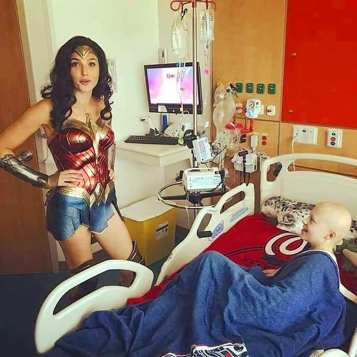 Gal Gadot Visit The Children Hospital By Taking A Special Off From Her Work 2