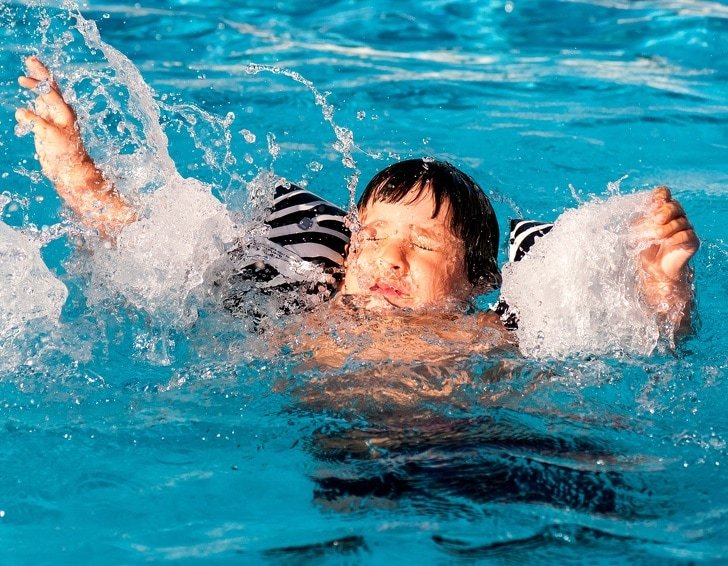 6 Basic Signs Which Show That Your Child Is Drowning 7