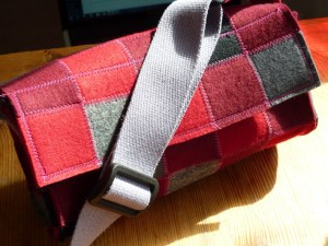 """Read more about the article neue Handtasche, Modell """"squares"""" mit langem Gurtband"""