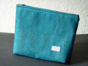 Kosmetiktasche aus blau gefärbtem Kork