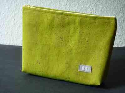Kosmetiktasche aus grün gefärbten Kork