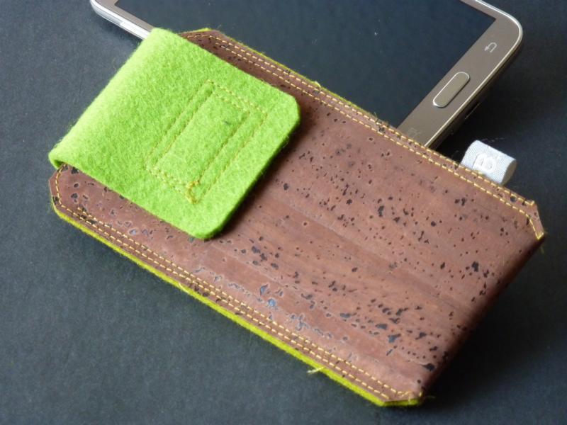 Handytasche aus Kork mit grüner Lasche aus Wollfilz