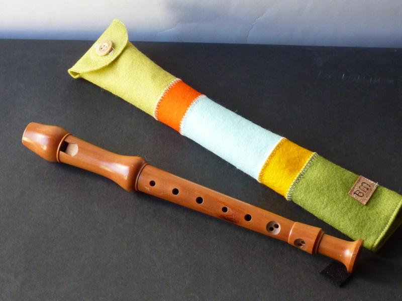 Flötenhülle aus fröhlich gestreiftem Wollfilz mit Holzknopf