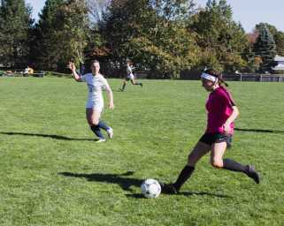 Elisabeth Fitzgerald '22 rushes towards the opposing goal to take a shot.