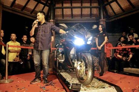 Komunitas pecinta motor sportHonda mengikuti kegiatan All New Honda CBR250RR Premiere Night di Cafe Stilrod, Surabaya, Jawa Timur (6/8). Gelaran yang diselenggarakan oleh main dealer Honda, MPM Motor, ini berhasil memikat 150 anggota komunitas yang penasaran melihat lebih dekat motor terbaru All New Honda CBR250RR.