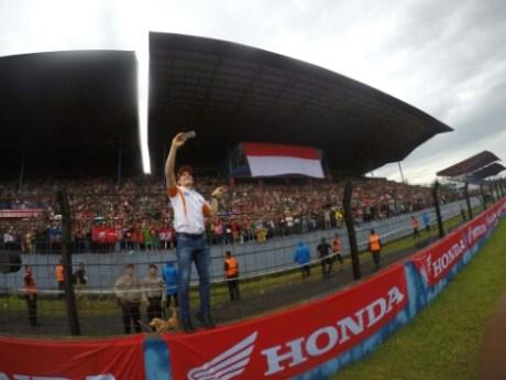 Pebalap MotoGP Marc Marquez menyapa penggemar dan konsumen Honda dalam Meet & Greet di sirkuit Sentul, Jawa Barat Februari lalu.