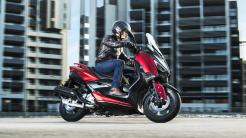 2018-Yamaha-XMAX-125-ABS-EU-Radical-Red-Action-002