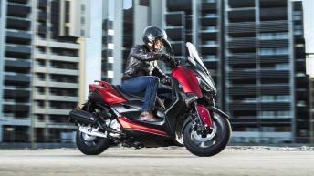 2018-Yamaha-XMAX-125-ABS-EU-Radical-Red-Action-002