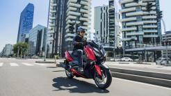 2018-Yamaha-XMAX-125-ABS-EU-Radical-Red-Action-005