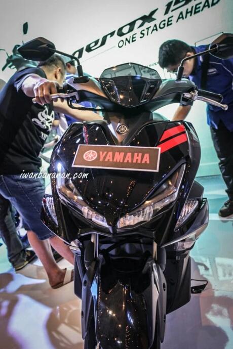 Tampak depan Yamaha Aerox 155 Hitam tipe standart