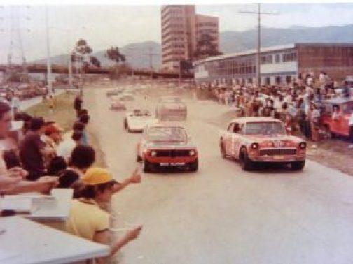 """El arranque del circuito """"El Volador"""" en Medellin. Junto a Trimmiño el gringo Arango quien le habia comprado el carro a Volovits pero no pudo terminar por desperfectos mecánicos. Esa carrera la ganó Francisco Trimmiño en el BMW 2002 ALPINA."""