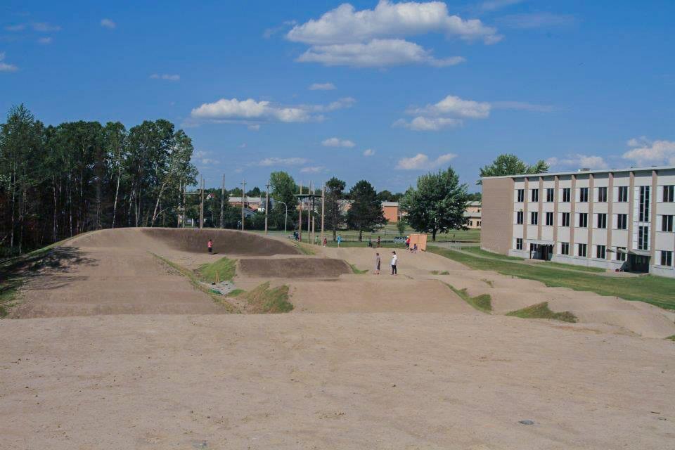 Construction de la piste de BMX au Trilet à Sherbrooke, pour le club des Harfangs