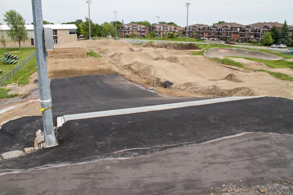 Construction et conception de la piste de BMX de calibre provincial dans la cour de la polyvalante Marcel Landry St-Jean sur-Richelieu secteur Iberville, pour les Coupes du Québec de BMX.