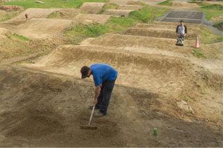 entretien de piste de bmx et sentier de vélo de montagne