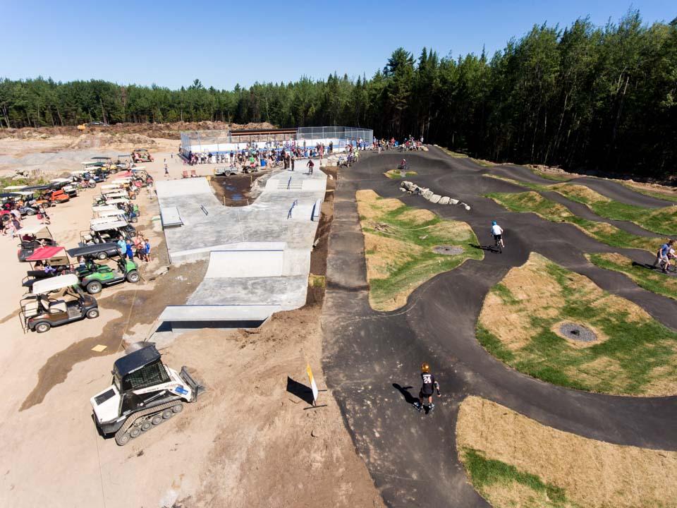 Construction et de la pumptrack en asphalte et du skateparc du Camping Lac-Goerges (skates, trottinettes, patins à roue alignée, BMX et vélos de montagne)