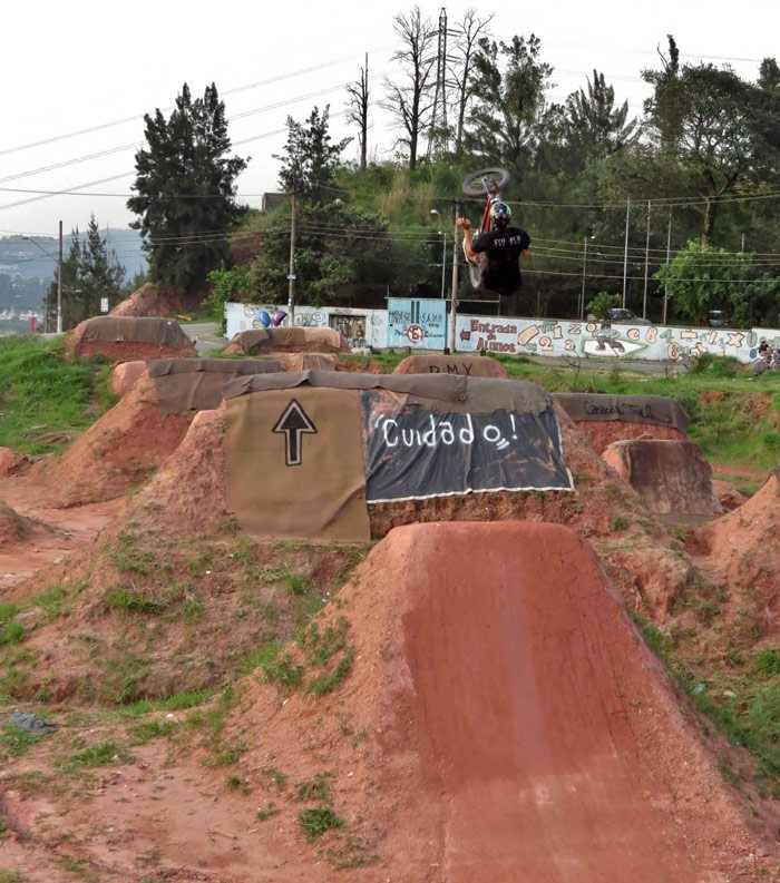 leandro-moreira-caracas-trails-bmx-backflip-barspin