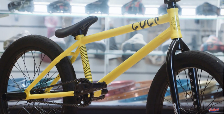 Custom Riders – Custom Cult AK Luminous Yellow Build