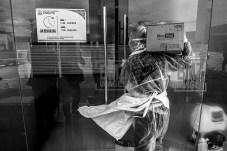 Seorang petugas medis mengangkat logistik untuk kebutuhan Ruang Isolasi Pasien Dalam Pengawasan (PDP) di Rumah Sakit Undata, Palu, Sulawesi Tengah, Minggu (15/3/2020). Sesuai protokol Kementerian Kesehatan, Rumah Sakit tersebut mengisolasi dua orang pasien perempuan setelah dirujuk dari rumah sakit lainnya karena mengalami gejala COVID-19 setelah melakukan perjalanan keluar daerah. bmzIMAGES/Basri Marzuki