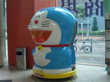Este gato robot se llama Doraemon.