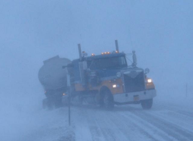 Camión en medio de una tormenta de nieve descarrila en la Daton Highway, en Alaska