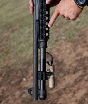 Подствольный фонарь (показан SureFire Scout) и упрочнённая мушка — важные детали ружья для самозащиты