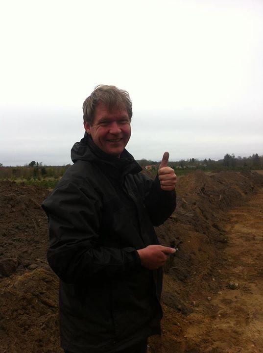 Эсбен Арилдсков на своём поле, раскопанном археологами. Фото со страницы Museum Midt на Фейсбуке