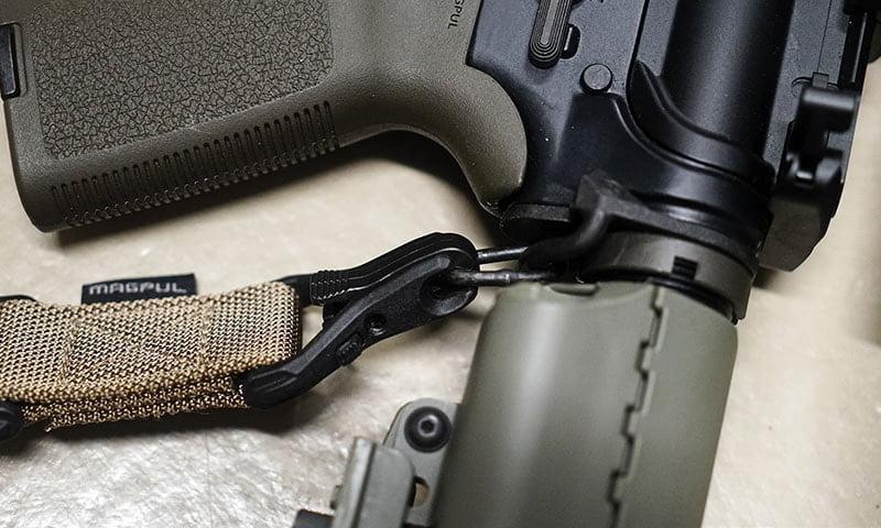 Специальные карабины Magpul позволяют не только быстро закреплять или снимать оружейный ремень...