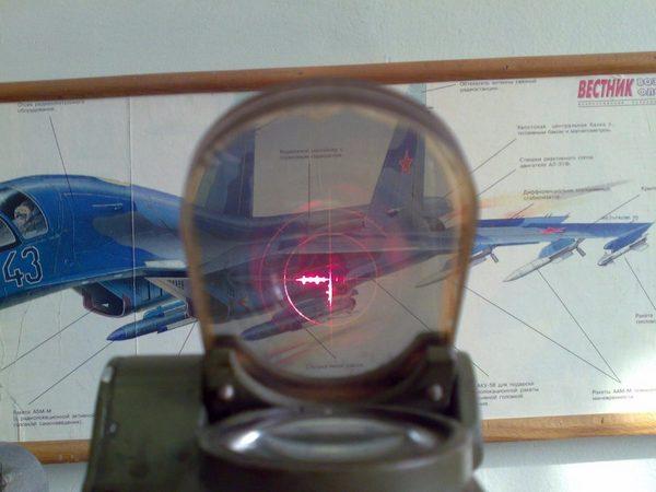 Прицельная сетка ПБП-1, подсвеченная красным светодиодом, а в оригинале - лампой накаливания, и, соответственно, должна быть желтого цвета.