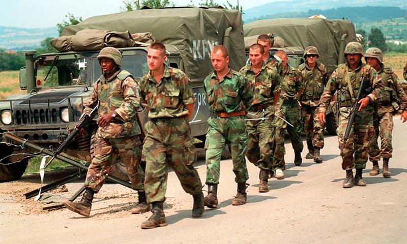 На фото: сербские военнослужащие, пленённые войсками НАТО. Косово, Югославия, 1990-е.