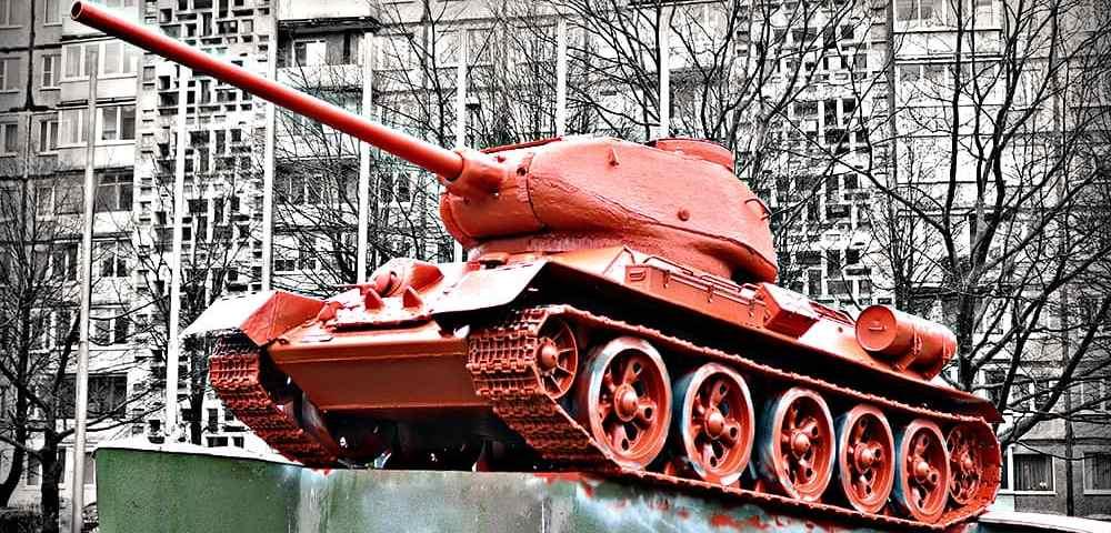 Спаситель на оранжевом танке