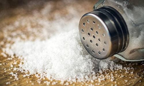Обычная старая поваренная соль - одна из самых важных специй, которой нужно запастись. Ведь это естественный консервант, особенно для мяса.