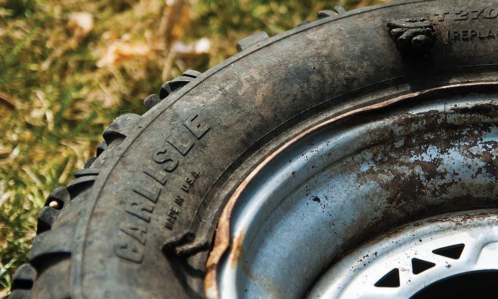 Повреждение боковой поверхности шины почти не подлежит ремонту. Ставить заплатки на боковину крайне не рекомендуется, но это можно сделать в качестве временной меры в экстренных случаях.