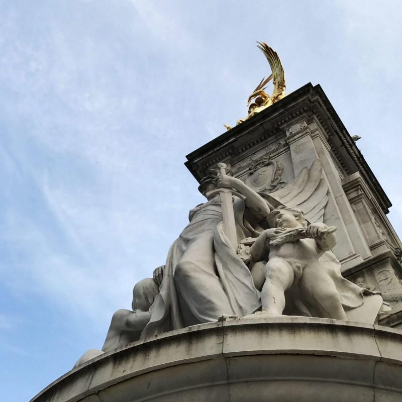 the statue outside buckingham palace