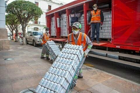 CBN entregó 19.200 unidades de agua para bomberosque combaten los incendios en Chuquisaca