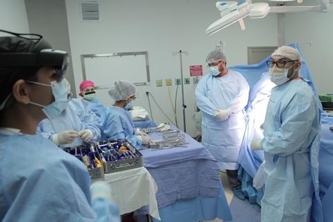 La Clínica Foianini marca un hito en Bolivia al realizar la primera cirugía asistida con realidad mixta