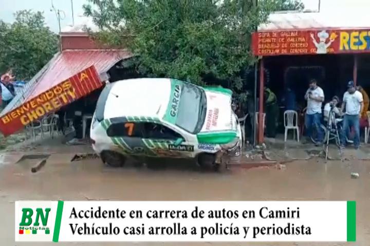 Carrera de autos con accidente en Camiri, vehículo casi atropella a policía y periodista