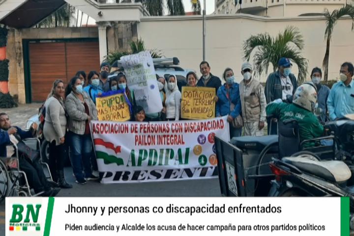 Jhonny Fernandez y personas con discapacidad discrepan por atención a pedidos, alcalde los acusa de haber hecho campaña para otros partidos políticos