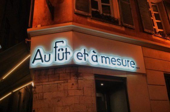 The exterior of Au Fut et a Mesure, Nice.