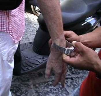 Watch-stealing thief demonstrates