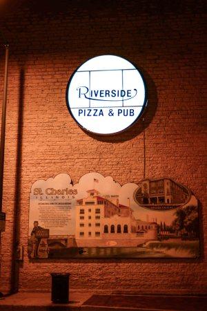 St. Charles Riverside Pizza and Pub © Bobbi Rose Photography