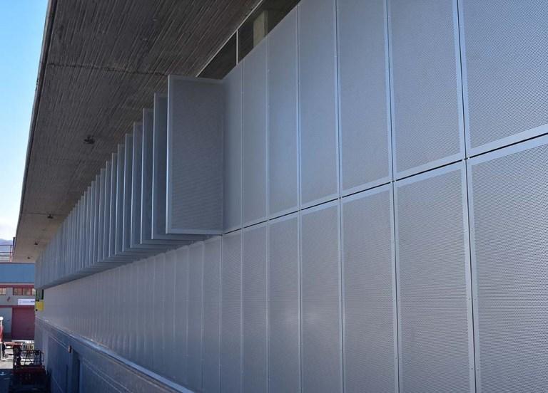 Hiperdino Güímar – Revestimiento de fachada en composite ahuecado
