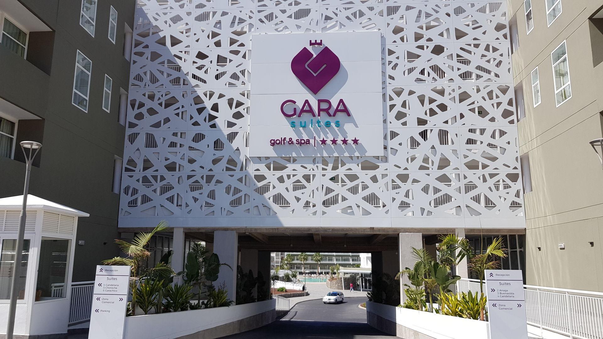 Hotel Gara Suite – Rótulo Luminoso & Revestimiento de Fachada Composite Ahuecada