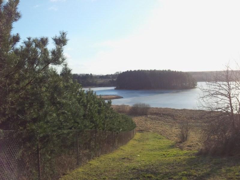 Nad jeziorem ztajemnicza wyspą wtle