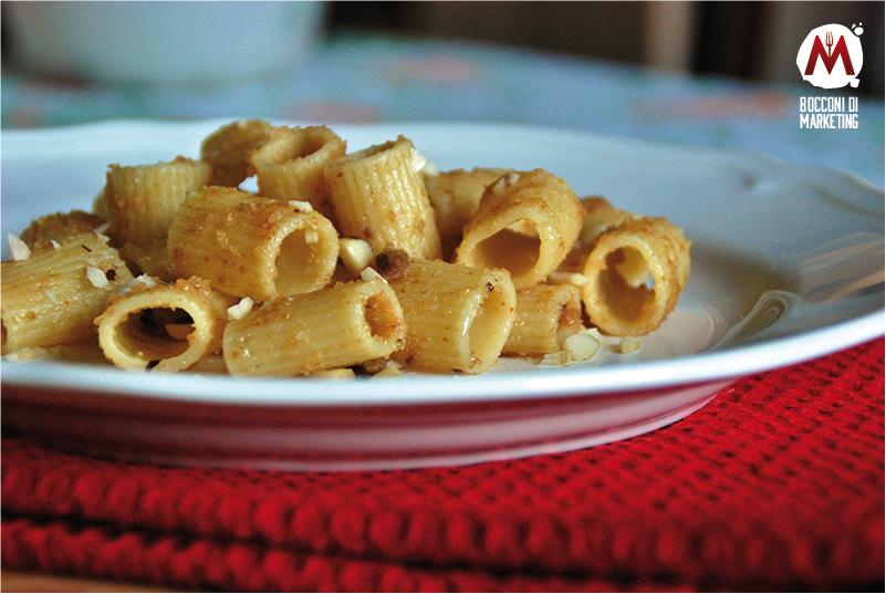 Mezze maniche con acciughe, pangrattato e noci brasiliane