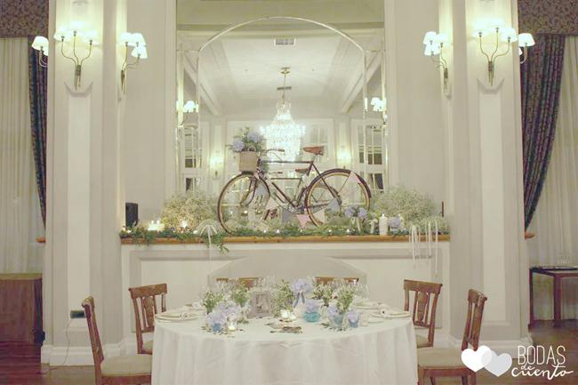 Mesa presidencial con hortensias azules