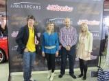 Mariano y Kezia con el equipo de JJDLUXEcars
