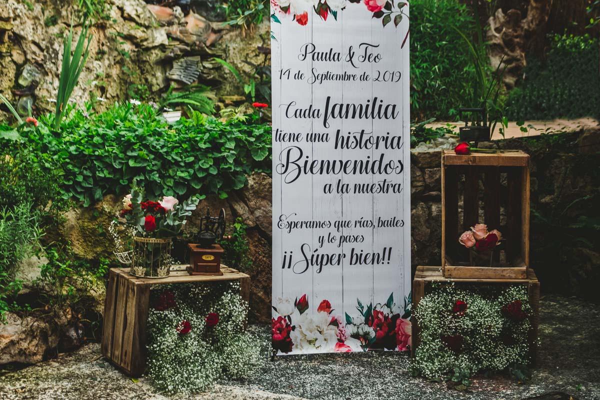 Cartel de bienvenida a los invitados en el jardín