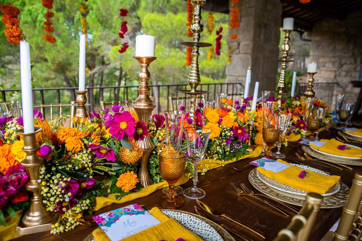 Mesa nupcial decorada con flores de colores y menú