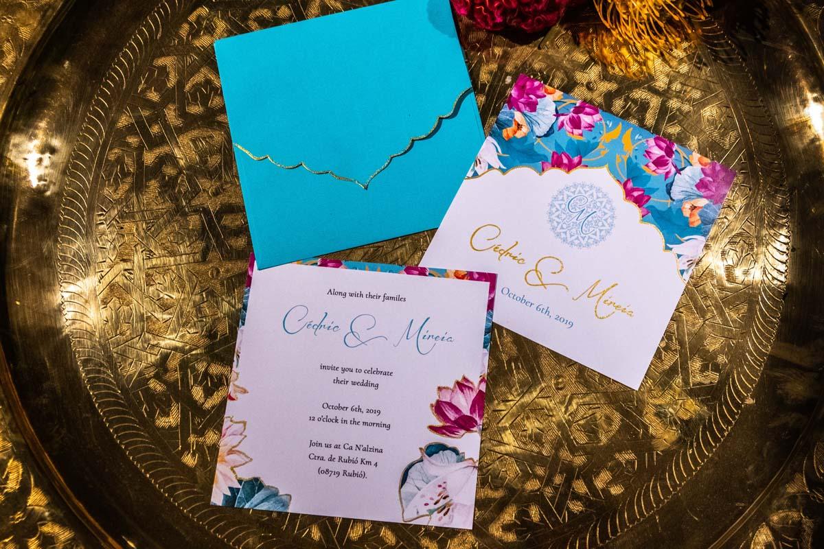 Tarjetas de invitación de Cédric y Mireia sobre bandeja dorada