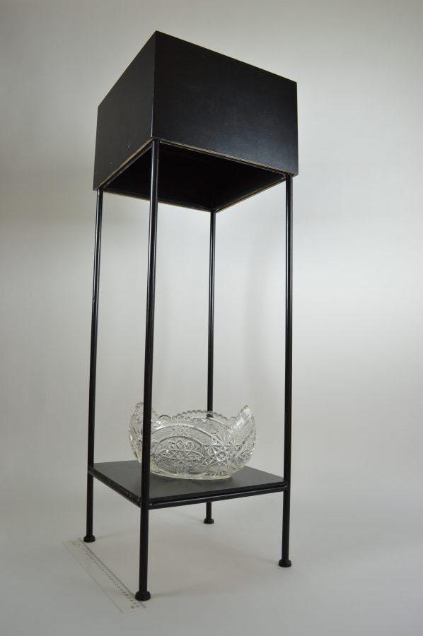 Hoge zwarte display tafel van metaal en glas  Bodour
